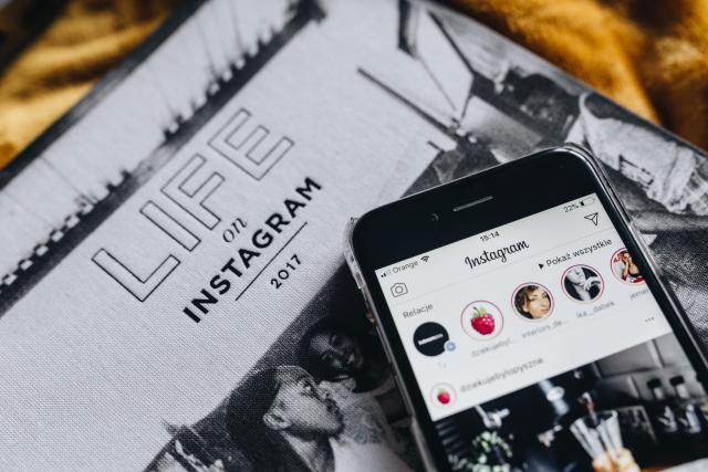 Buch Life on Instagram, 2017 mit einem daraufliegenden Handy, auf dem Instagram geöffnet ist